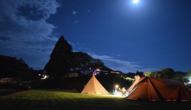 テントで過ごすゴルフ場での一夜